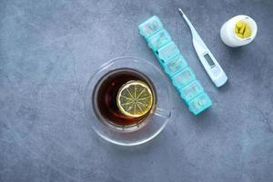 citronte, termometer och piller