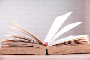 öppen bok med penna i mitten foto