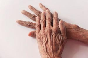 händerna på en äldre person