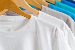 närbild av t-tröjor på galgar, klädbakgrund