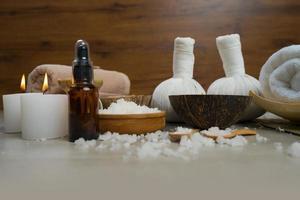 sammansättning av spa-behandling på träbord