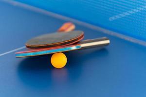 bordtennisracket och boll foto