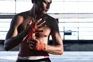fighter bindande tejp före striden, thai boxning foto