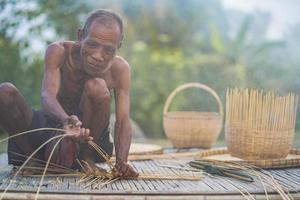 äldre man och bambu hantverk, livsstil för lokalbefolkningen i Thailand
