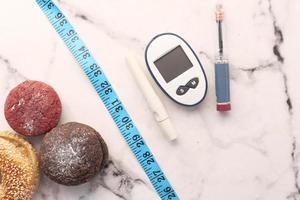 diabetiska mätverktyg med insulin och kakor foto