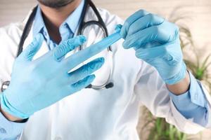 man tar bort medicinska handskar, närbild foto