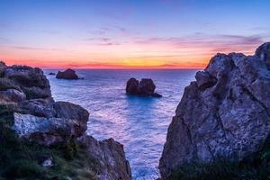 solnedgång på den steniga stranden foto