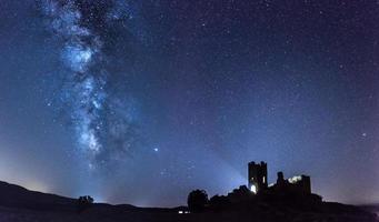Vintergatan med ett slott