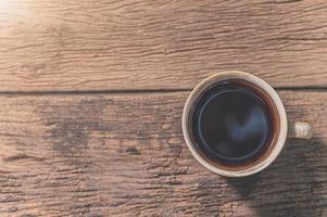 kopp kaffe på träbord