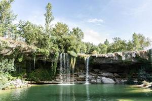 ett vattenfall i skogen foto