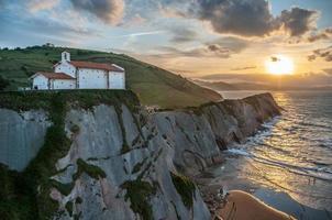 kyrka på klippan vid solnedgången foto