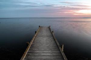 träbrygga vid sjön foto