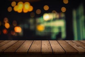 bord med suddig restaurangbakgrund foto