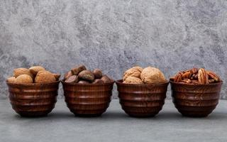 skålar med nötter i rad foto