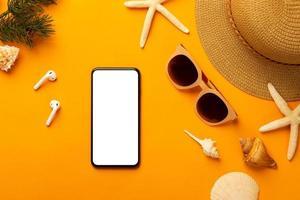 smartphone-mock-up med sommarartiklar foto