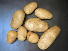 potatis på en mörk bordsbakgrund foto