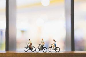 miniatyrresenärer med cyklar på en träbro foto