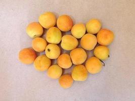 aprikoser på beige bordsbakgrund foto