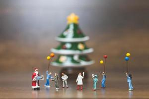 miniatyr lycklig familj firar jul, x-mas och gott nytt år koncept foto