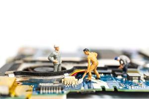 miniatyrfolk som arbetar på en CPU-styrelse, teknologikoncept
