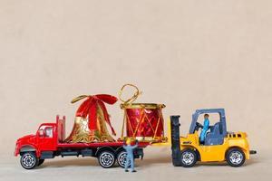 miniatyrarbetare som arbetar på julpynt, jul och koncept för gott nytt år foto