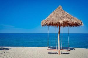 träkoja gungar på stranden i Thailand