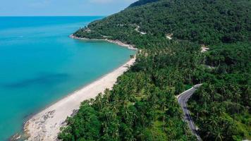 Flygfoto över vägen och stranden mellan i Thailand