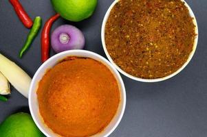 thailändska kryddor i en skål foto
