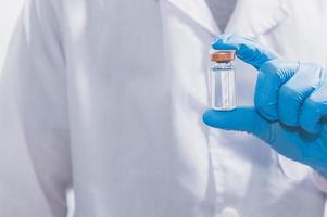 läkare med ett vaccin för att bekämpa covid-19 foto