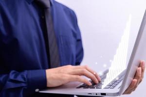 affärsmän använder bärbara datorer för analys och ekonomiska begrepp