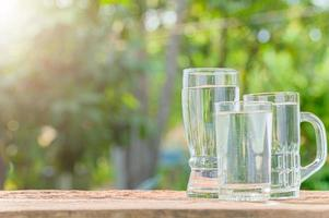 flaskor dricksvatten foto