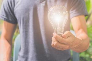 idé om en man som håller en glödlampa foto