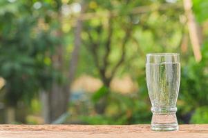 dricka ett glas vatten för hälsan foto