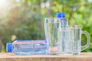 flaskor och klasser av dricksvatten foto