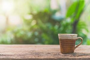 kaffemugg på bordet med solljus foto