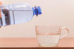 flaska dricksvatten foto