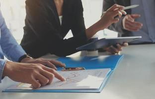 affärsmän som diskuterar finansdokument