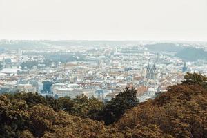 panorama över Prag från toppen av Petrin trädgårdar i Prag