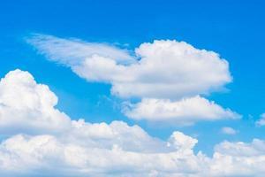 vita moln på den blå himlen