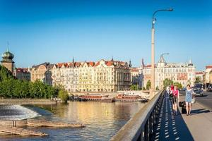 Prag, Tjeckien 2017 - Jirasek-bron och vallen av floden Vltava foto