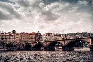 sikt av palacky bridge vid solnedgången i Prag, Tjeckien