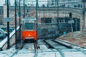 Budapest, Ungern 2019 - Spårvagn på stadens järnväg en kall vinterdag