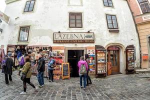 Tjeckien 2017 - turister som går i den historiska gamla staden Cesky Krumlov