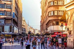 belgrad, serbien - 2015 knez mihailova street, den viktigaste shoppingmilen i belgrad
