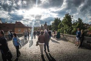 Prag, Tjeckien 2017 - turister som går över Karlsbron foto