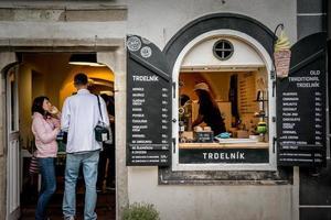 Tjeckien 2016 - traditionell konditori med trdelnik i den historiska stadskärnan i Cesky Krumlov