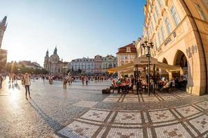 Prag, Tjeckien - människor vilar på gatukaféer vid gamla torget
