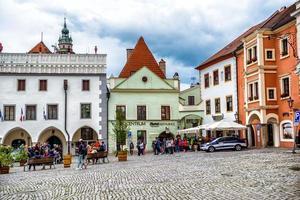 Tjeckien 2016-- människor på namesti svornosti-torget, historiska gamla stan i Cesky Krumlov