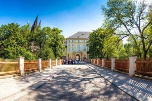 Prag, Tjeckien 2017 - turister och vakter vid ingången till Prag slott