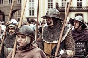 Prag, Tjeckien 2016 - Pansrade riddare leder marsch av Charles IV vid återuppförandet av kröningen av Charles IV i Prags slott